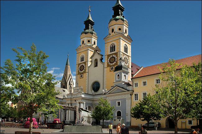 Op 9 kilometer van Hopfgarten ligt het kleinere en wat minder mooie Brixen im Thale, dat jaarlijks toch nog op veel gasten kan rekenen. De tweetorige domkerk Maria Hemelvaart geeft een belangrijk beeld aan de gehele stad.