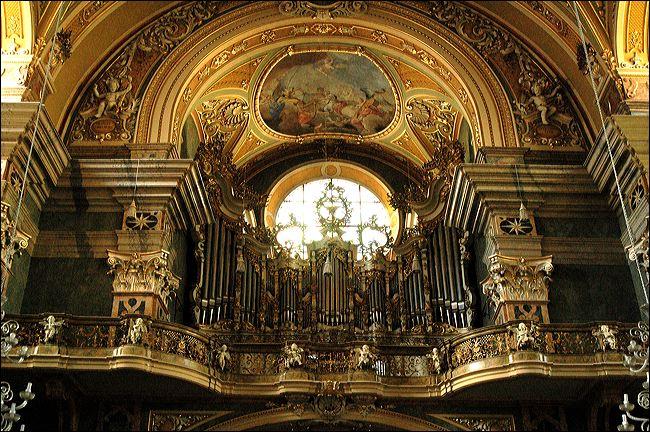 De tweetorige domkerk Maria Hemelvaart geeft een belangrijk beeld aan de gehele stad. De kerk bevat tevens een schitterend orgel.