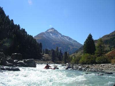 Door het Ötztal stroomt de rivier de Ötz. De rivier biedt vele mogelijkheden tot rafting en canyoning.