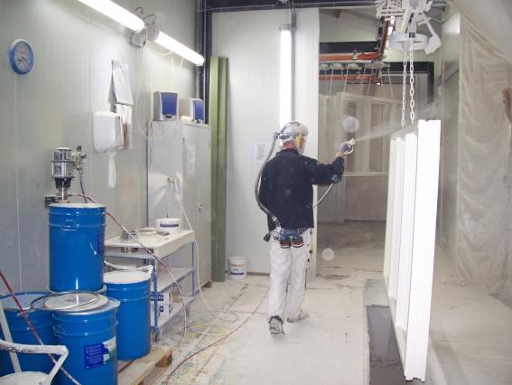 IBK pomp in actie bij een kozijnenfabriek .